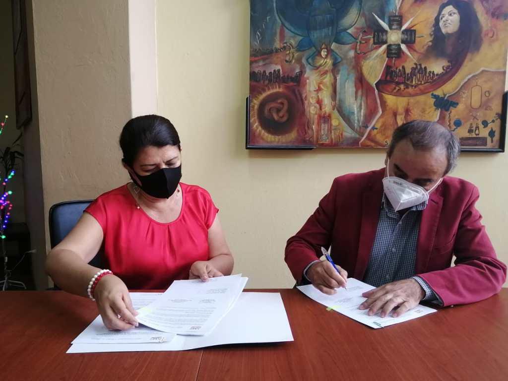 Dunia Bustamante, coordinadora Regional 7 y Alex Padilla, alcalde de Calvas.