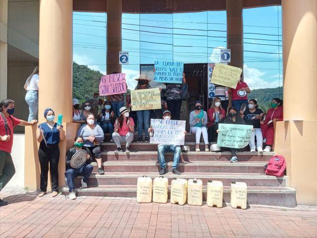 Los trabajadores de la Casa Hogar Betania llevaron a cabo plantones para exigir el pago de los sueldos.