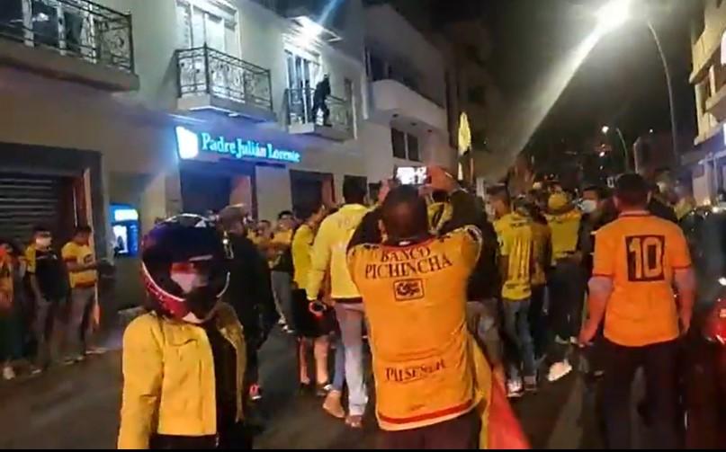 Hinchas de Barcelona festejaron pasadas las 22:30 del martes 29 de diciembre.