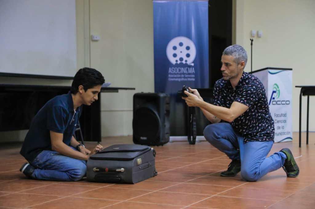 Raúl Teba (derecha) lleva más de siete años en Ecuador trabajando como director de casting.
