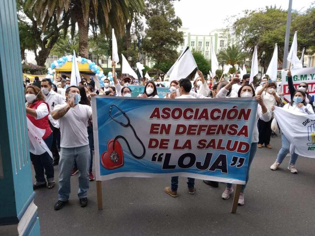 En octubre de 2020, médicos y demás personal de Salud de Loja realizaron una marcha para protestar en ese entonces contra el reglamento para la aplicación de la Ley de Apoyo Humanitario. (Foto archivo)