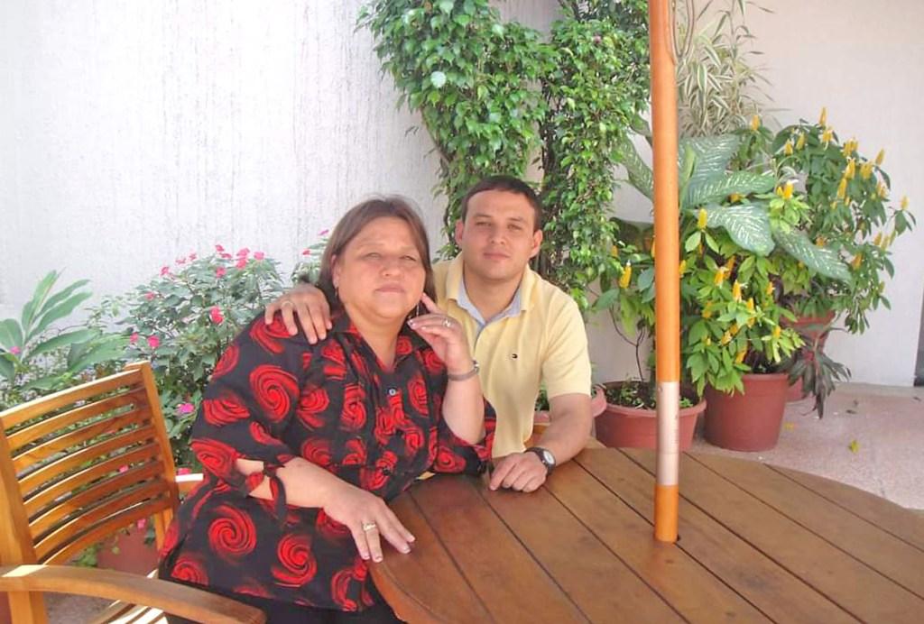 Lucía Sangurima Erráez junto a Wilson Jaramillo Sangurima, uno de sus tres hijos.