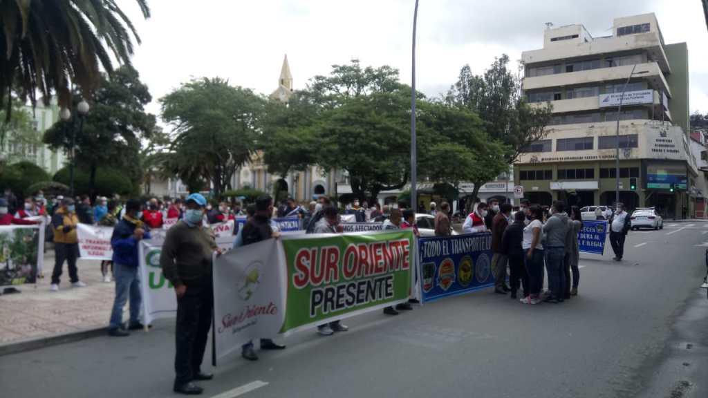 Frente a la Gobernación se concentró la marcha. Allí, una delegación pasó a entregar un pliego de peticiones a la autoridad oficial.