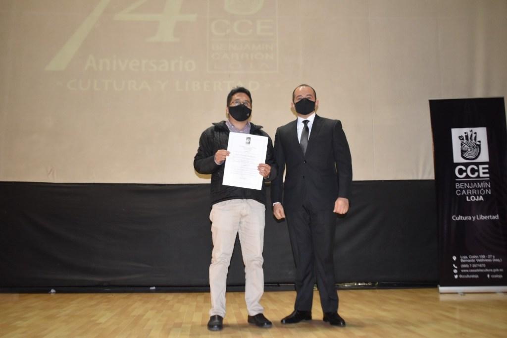 La CCE-L, a través de su director, Diego Naranjo Hidalgo, entregó un reconocimiento al escritor, por su triunfo cultural.