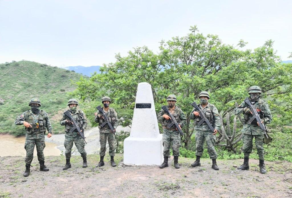 En uno de los hitos los soldados realizaron la vigilancia.
