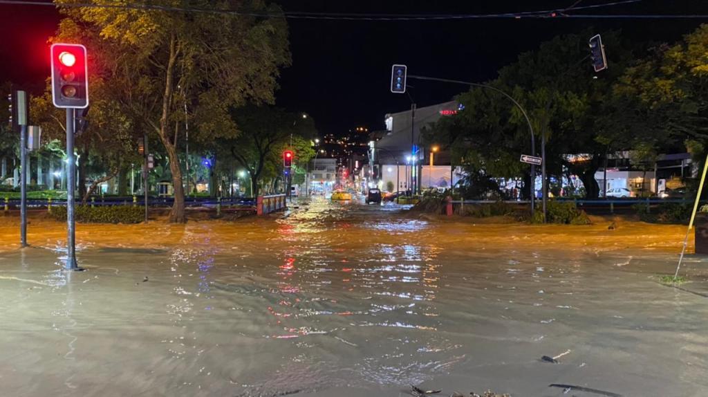 El centro de la ciudad fue afectado por el desbordamiento del río Malacatos, el sábado en la noche.