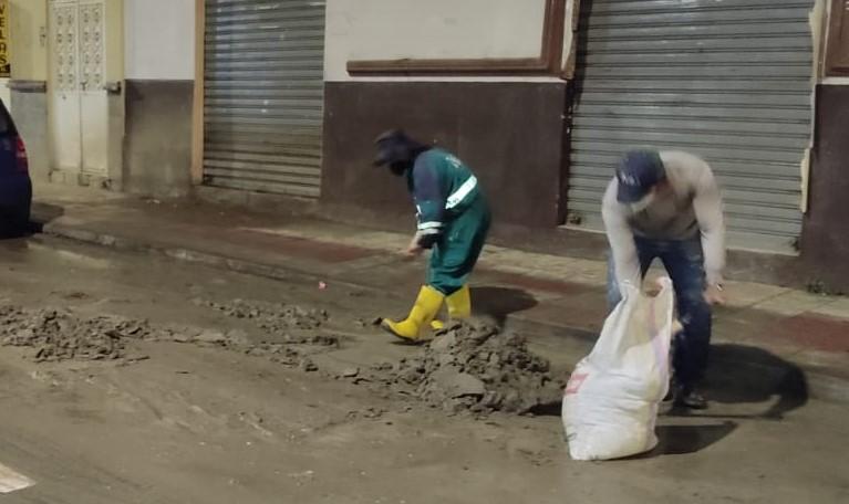 Los obreros vienen laborando día y noche para dejar limpia la ciudad.