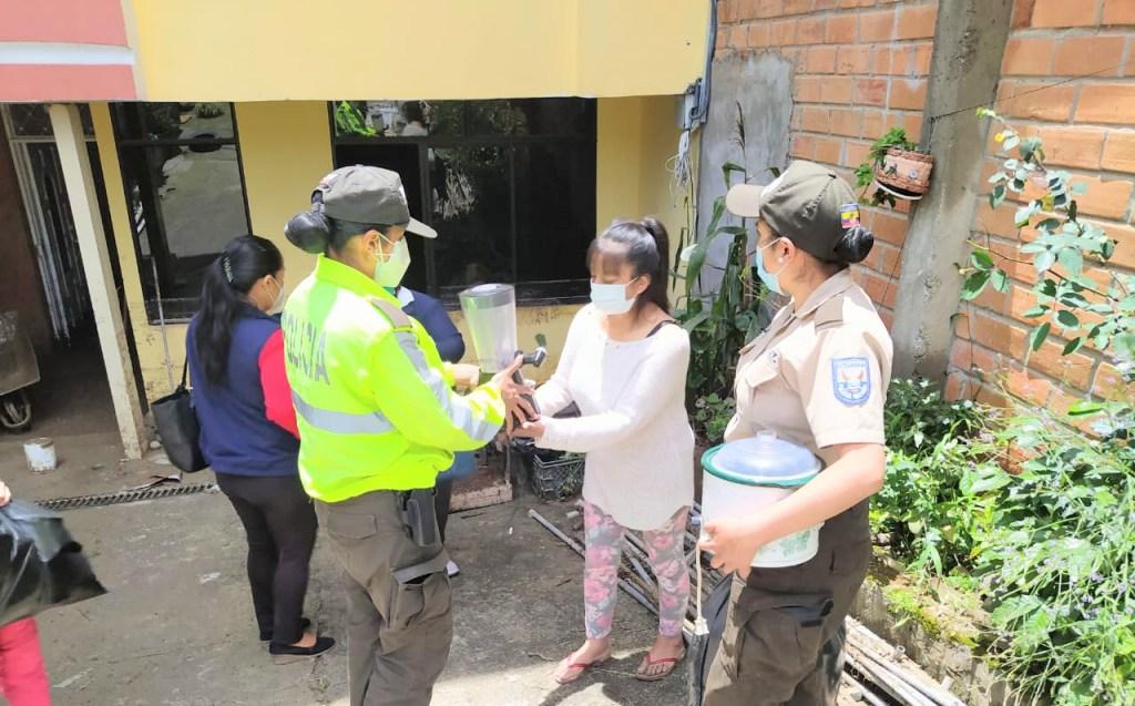 Los uniformados acudieron a los lugares afectados para entregar la ayuda.