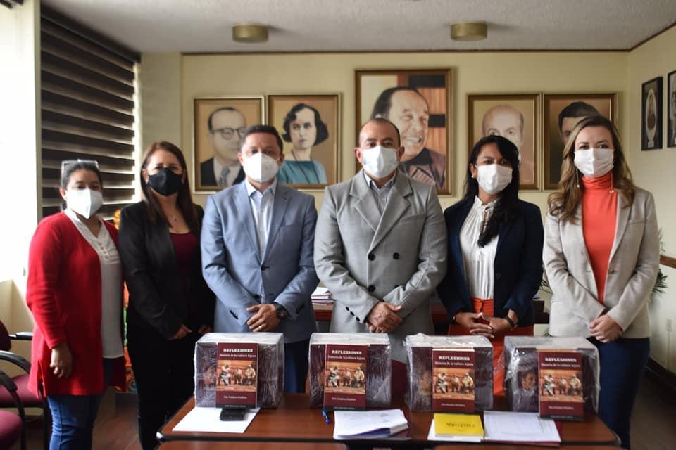Los invitados recibieron la colección de libros 'Cultura y Libertad' del escritor Benjamín Carrión.