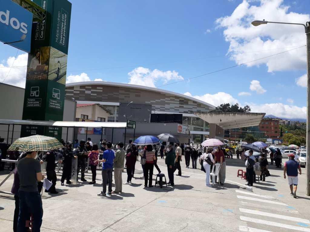 El complejo ferial 'Simón Bolívar' es uno de los sitios donde se aplica la vacuna a los adultos mayores.