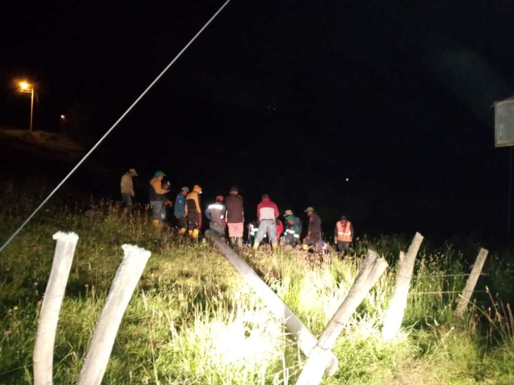 En las noches, con la guía de linternas, los obreros buscaban nuevos daños en Curitroje.