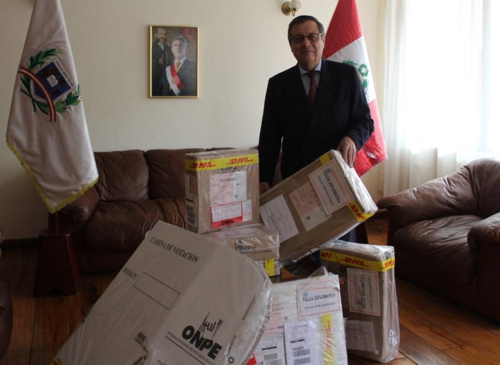 El cónsul peruano, Luis Armando Monteagudo, manifiesta que el material se encuentra debidamente sellado.