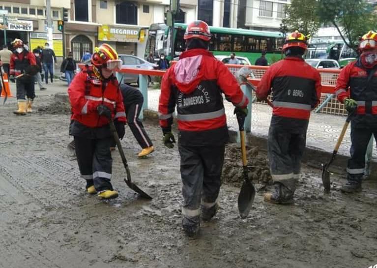 Los miembros del Cuerpo de Bomberos realizan distintas acciones de emergencia.