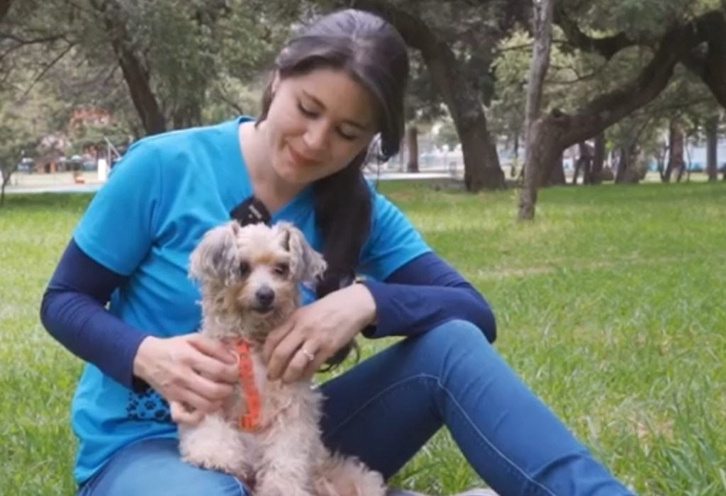 La titular de la Fundación, María Inés Espinosa, junto a 'Victoria', una perrita rescatada hace seis años. Fue encontrada en una funda de basura.
