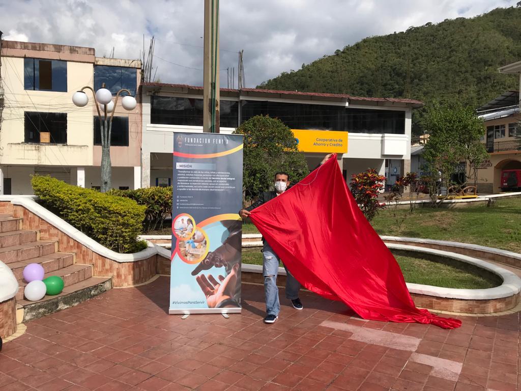 En el parque central de la ciudad de Zamora, la tarde de este martes 20 de abril, se colocaron banderas rojas para pedir a la ciudadanía que done insumos médicos para atender a pacientes con Covid-19.