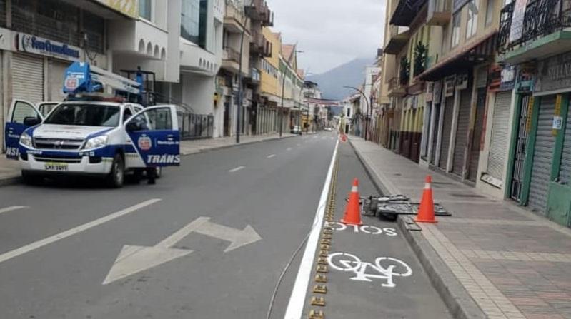 Aprovechan la no circulación vehicular y peatonal para realizar los trabajos.