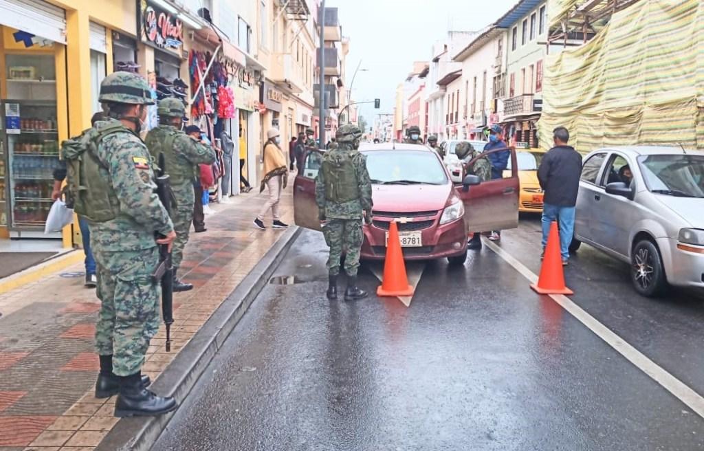En la esquina de las calles 18 de Noviembre y 10 de Agosto se realizó uno de los operativos.