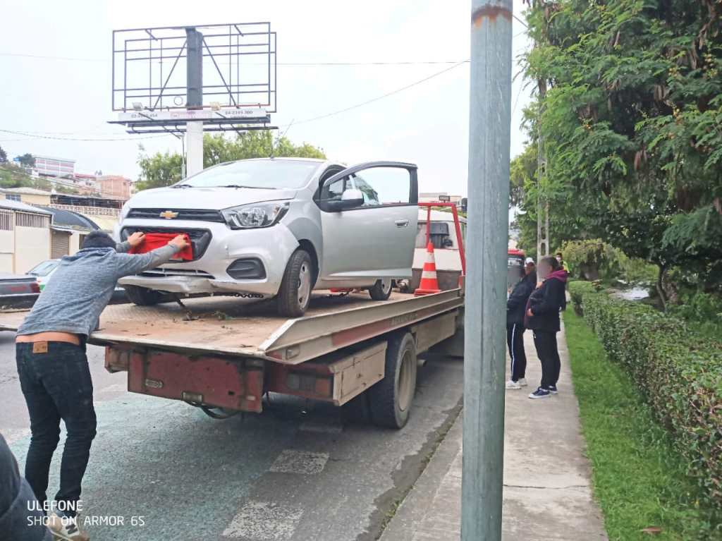 El vehículo tiene daños menores.