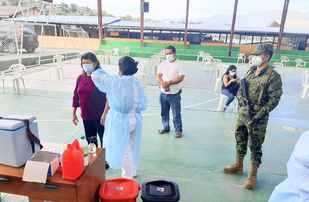 Los militares están presentes durante los horarios de la vacunación.