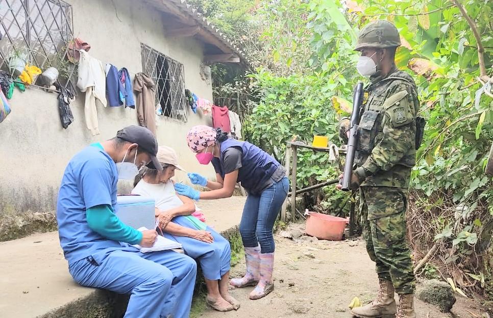Los militares se encargan de la seguridad del personal del Ministerio de Salud Pública.