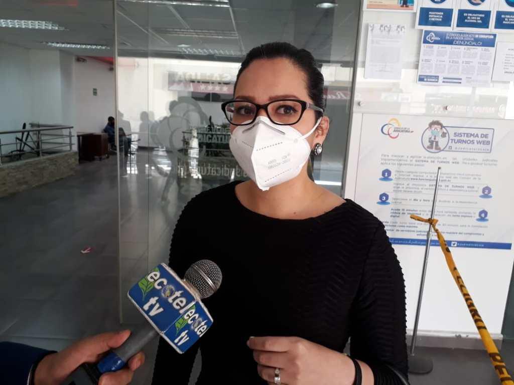 La abogada constitucionalista Zoila Berrú Aulestia patrocina al grupo de comunicadores.