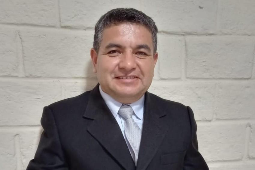 Willan Espinosa expresa que los diversos títulos son debidamente avalados por las universidades correspondientes y reconocidos en el Ecuador.