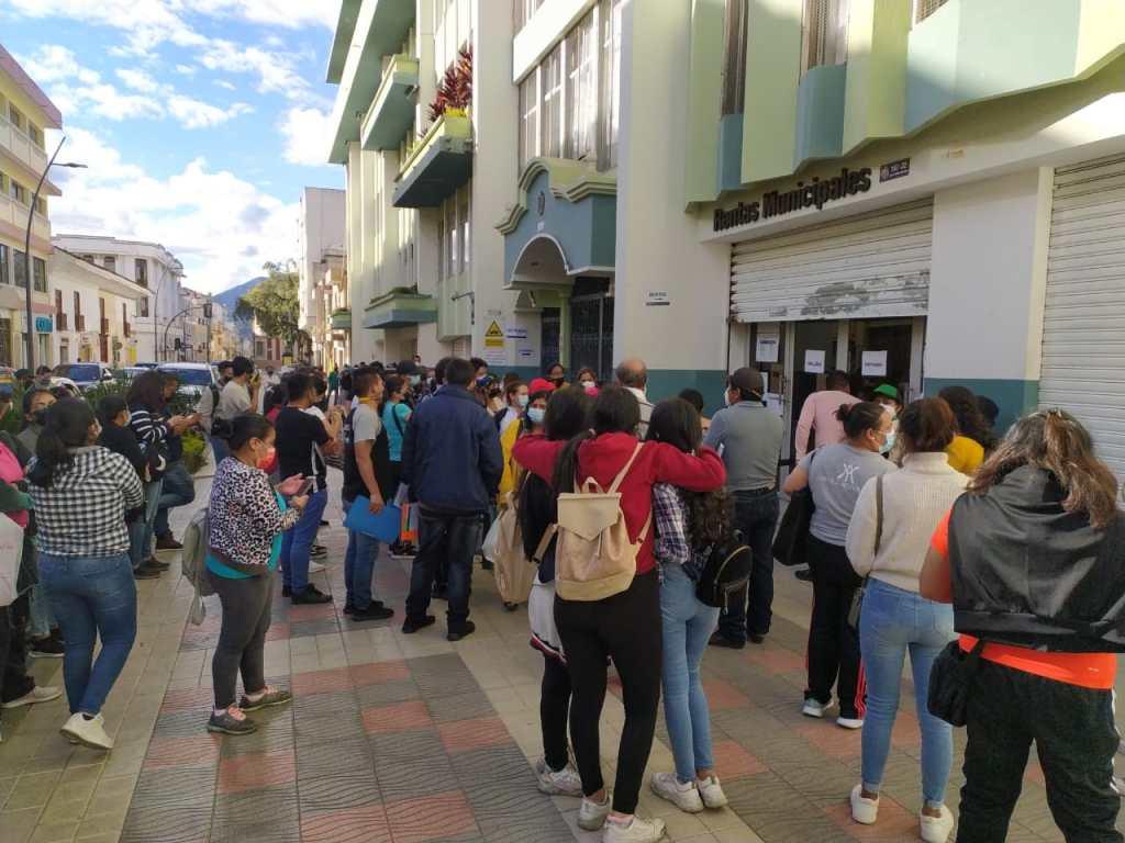 El sábado, el Municipio atendió hasta las 16:00, pero decenas de usuarios no avanzaron a realizar el trámite.