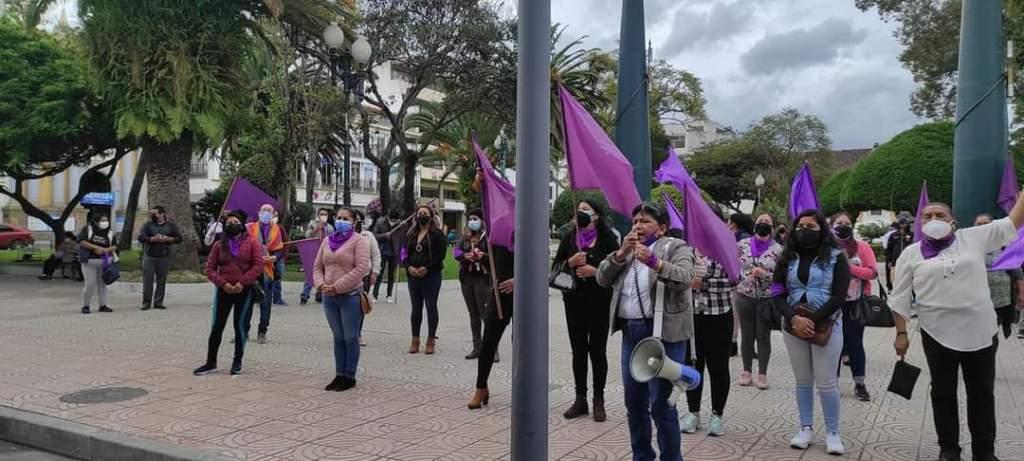Frente al Municipio, este martes 8 de junio, integrantes de organizaciones feministas realizaron un plantón.