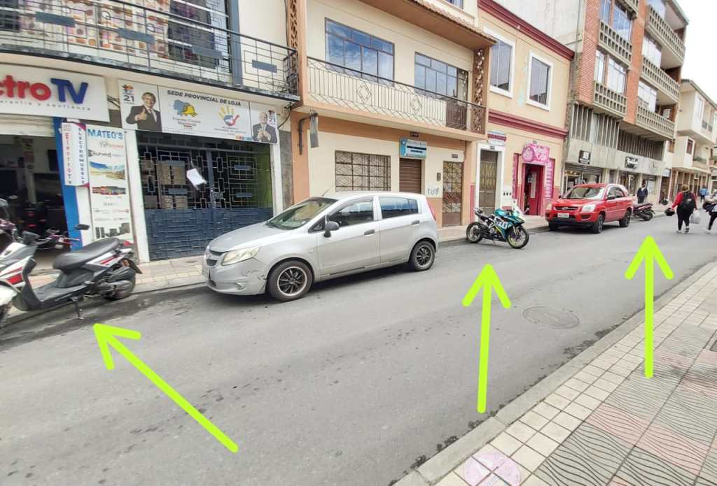 Los vehículos livianos obstaculizan el estacionamiento de los automotores.