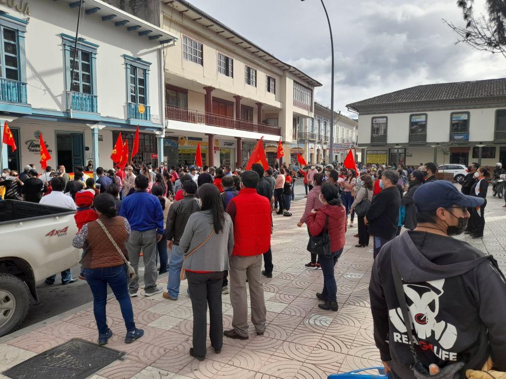 Los maestros se congregaron en los exteriores de la Gobernación de Loja la tarde de este jueves 29 de julio. (Foto: Facebook Unidad Popular Loja)