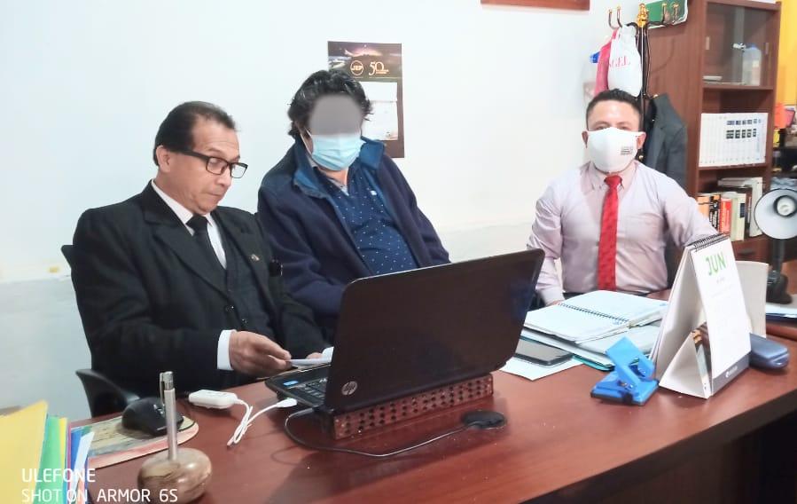 Los abogados Ángel Toledo Toledo y Filiberto Jiménez González, junto a la presunta víctima.