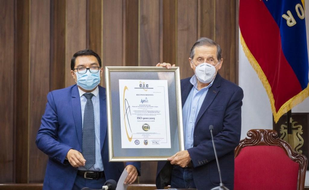El alcalde Jorge Bailón recibe de manos de un representante de la empresa el certificado correspondiente.