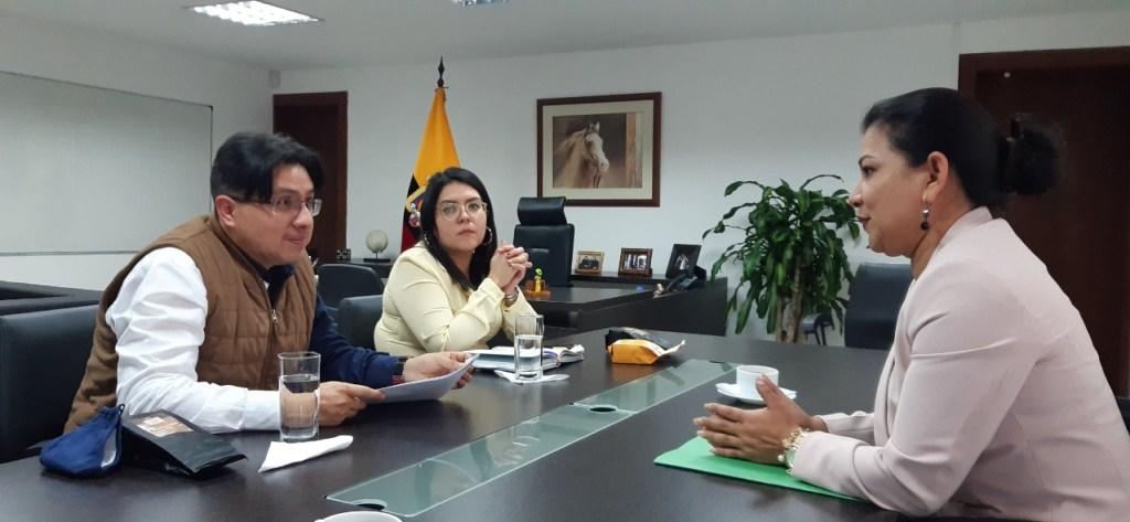 La asambleísta Isabel Enrríquez, durante una reunión reciente con funcionarios de la Senescyt.