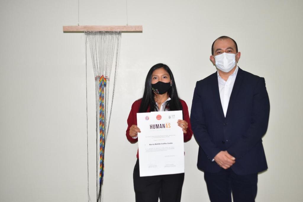 La artista Marcia Guaillas Gualán, con la obra Identidad, ganó el premio único. El reconocimiento fue entregado por el director de la CCE-L, Diego Naranjo Hidalgo.