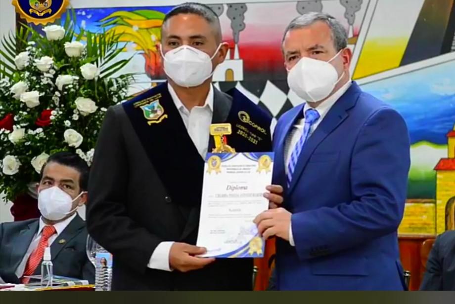 Antonio Ramiro Chamba Pineda, licencia Tipo C, recibe la presea como mejor egresado de manos del secretario de Choferes de Loja, Oscar Lenín Muñoz Apolo.