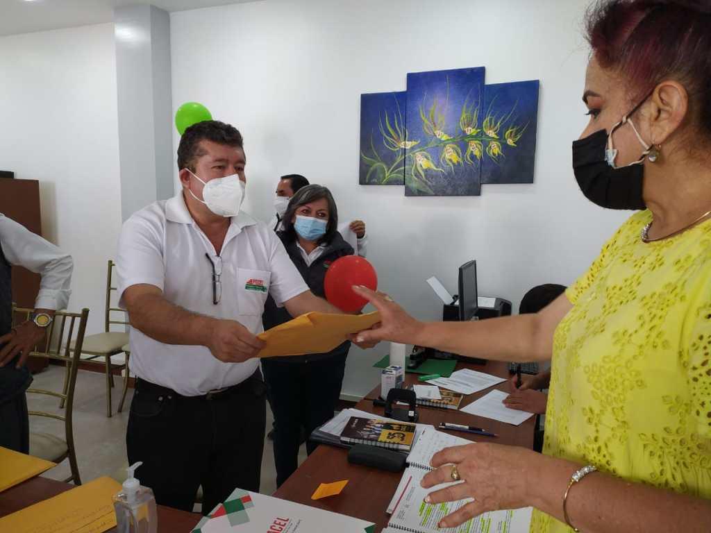 Momentos en el que Patricio Guarnizo entrega la documentación para ser inscritos por el Tribunal Electoral.