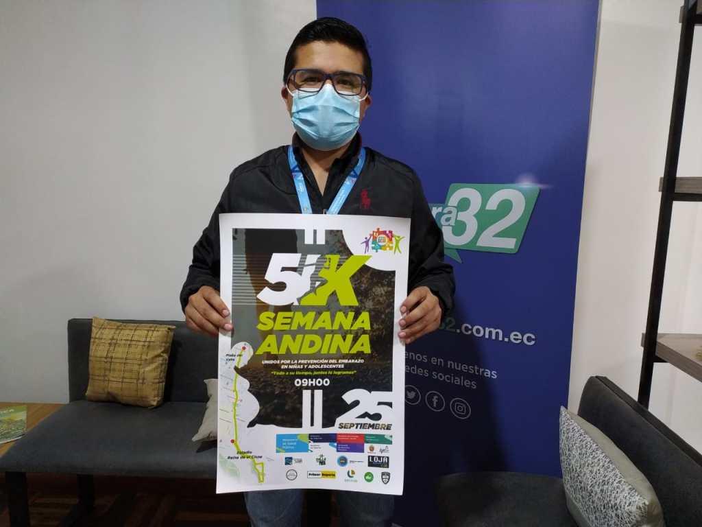 Francis Sarango Rivera muestra el afiche oficial del evento deportivo.