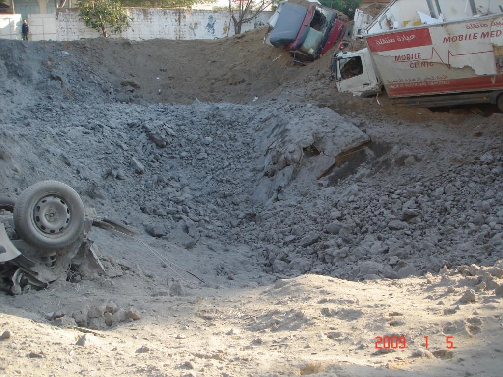 Cráter producido por el misil istraeli y estado de los 3 vehiculos