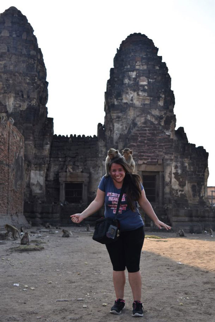 Imagen foto templo tailandia lopburi con monos