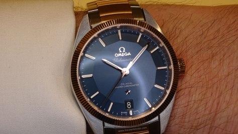 OMEGA Globemaster Master Chronometer bicolor en la muñeca