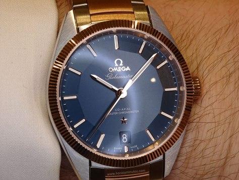 OMEGA Globemaster Master Chronometer blanco y azul en la muñeca