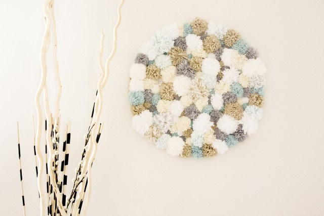 DIY décoration murale à pompoms