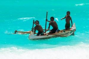 マダガスカル南部、カヌーに乗るヴェズ族