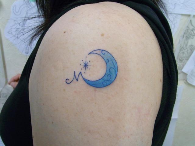 月とイニシャルのタトゥー画像