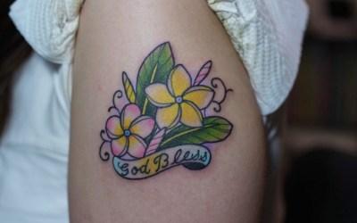 腕にプルメリアのタトゥー