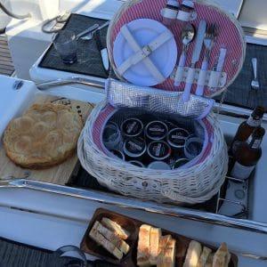 picnic in barca a vela