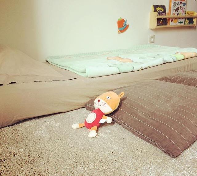 lit montessori quel ge mettre b b sur un matelas au sol. Black Bedroom Furniture Sets. Home Design Ideas