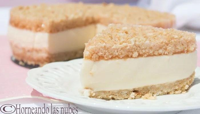 Tarta de queso, naranja y canela, una porción, con el resto detrás.