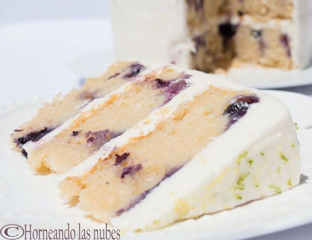 Tarta de limón y arándanos con crema de queso. horneandolasnubes.com