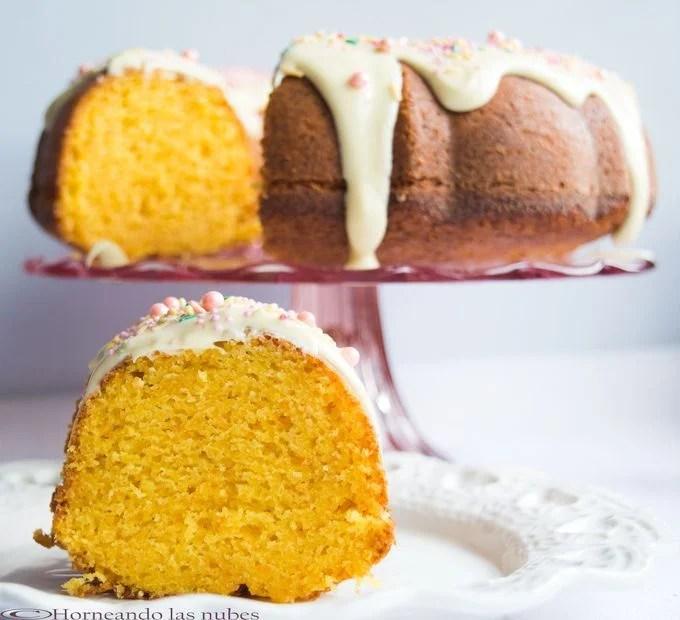Bundt Cake de mandarina con chocolate blanco.